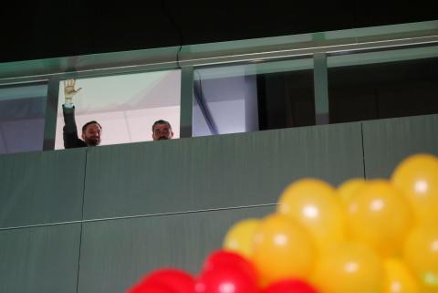 Santiago Abascal saluda a sus simpatizantes tras las elecciones del 10-N.