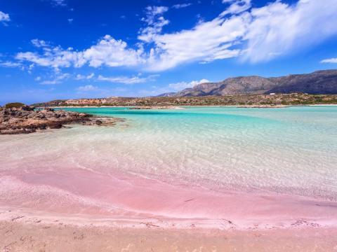 Elafonissi es conocida por su arena rosa.