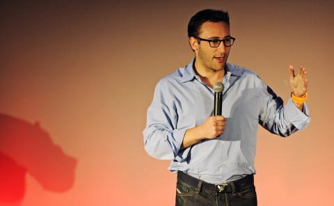 Simon Sinek, escritor y conocido orador de TED Talks.