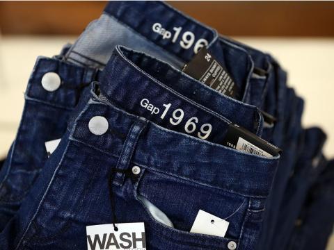 Aún así, las marcas de Gap comenzaron a sentir el peso de la caída de las ventas offline. En octubre de 2011, la compañía anunció que cerraría 189 tiendas en Estados Unidos.