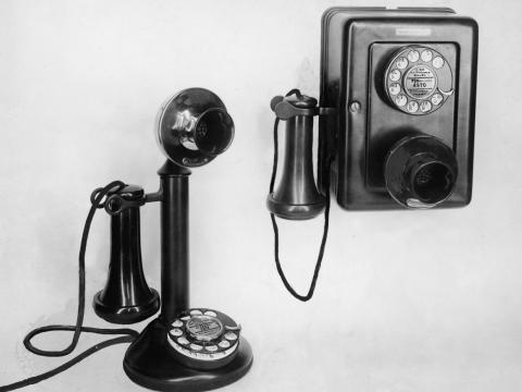 Dos teléfonos rotativos de la década de 1920.