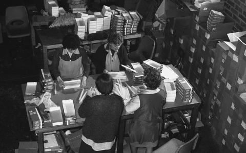 Trabajadoras en una fábrica de velas en Reino Unido en 1974