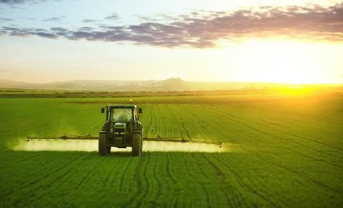 Tractor abonando el campo. Agricultura