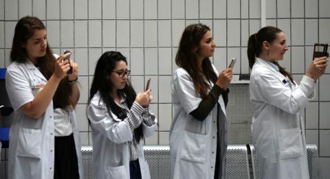 Unas médicos con smartphones haciendo fotos.