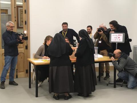 Unas monjas votan en el Colegio de nuestra señora del Pilar