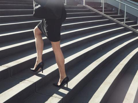 El uniforme consiste en un vestido y los zapatos —proporcionados por la compañía — son de 5 centímetros.