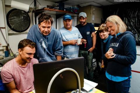 De izquierda a derecha: Nathan Robinson, Sonke Johnsen, Tracey Sutton, Nick Allen, Edie Widder y Megan McCall se reúnen para ver el video del calamar.