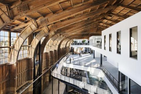 1. La nueva oficina de Google en Los Ángeles es un hangar restaurado de la era de la Segunda Guerra Mundial que alguna vez albergó el famoso avión Spruce Goose.