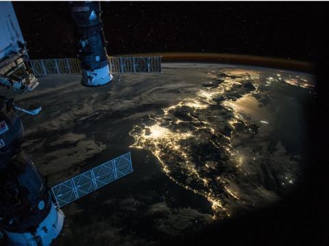 """Scott Kelly publicó esta foto en Twitter el 25 de julio de 2015 con el subtítulo: """"#BuenasNoches """"Japon. Mostrando a #Astro_Kimiya cómo tomar fotos de la #Tierra por la noche. #UnAñoEnElEspacio""""."""