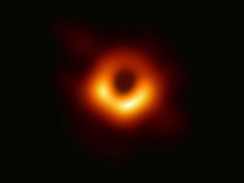 La primera fotografía de un agujero negro supermasivo.