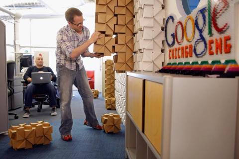 8. La oficina de Google en Chicago fue una vez un almacén frigorífico sin ventanas, y la renovación incluyó la adición de mucha luz natural.