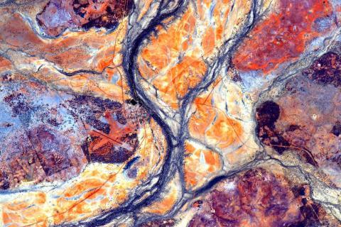 """El astronauta Scott Kelly publicó esta foto tomada desde la EEI donde se podía leer: """"""""ArteDeLaTierra Una mirada rápida sobre el #Continente australiano. Imagen 15 de 17. #UnAñoEnElEspacio""""."""