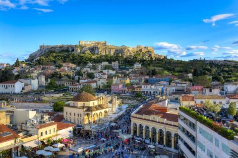 La Acrópolis se eleva sobre las creativas y energéticamente urbanas calles de la capital griega.