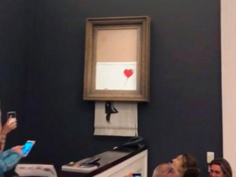 Una obra de arte de Banksy se autodestruye después de ser vendida en una subasta por 1,4 millones de dólares.
