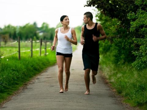 Los corredores están volviendo a sus raíces antiguas a través del contacto directo de pie a tierra.
