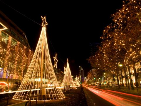 Adornos navideños a lo largo de Kurfürstendamm en Berlín, Alemania.