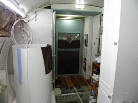 La estructura cilíndrica es la ducha que hay en el interrio del avión.