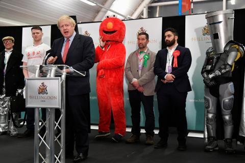 Boris Johnson, junto a Elmo y Count Binface