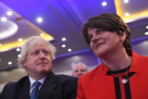 Boris Johnson y la líder del partido unionista DUP, Arlene Foster
