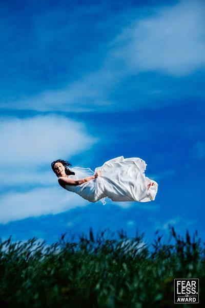 La novia parecía pequeña en el gran cielo.