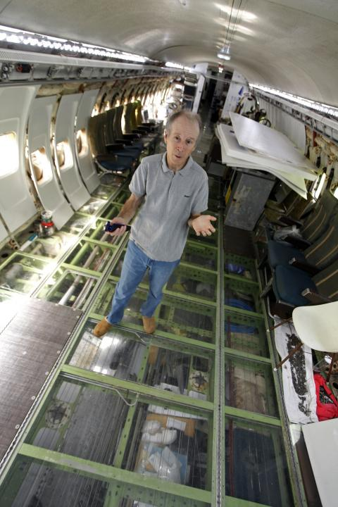 Bruce Campbell en su Boeing convertido en casa