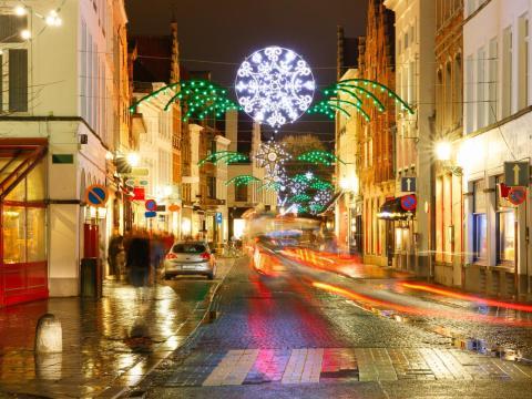 Una calle iluminada en Brujas, Bélgica.