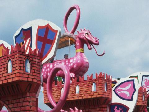 Los dragones rosados de Dragon Heights montan en el parque temático, fotografiado en 1987.