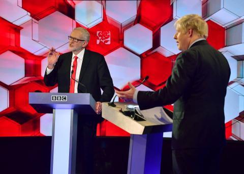 El candidato laborista, Jeremy Corbyn, y el conservador Boris Johnson durante el debate electoral en Reino Unido