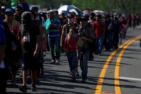 La caravana de emigrantes de Honduras camino a Estados Unidos a su paso por la autopista de Metapa en México