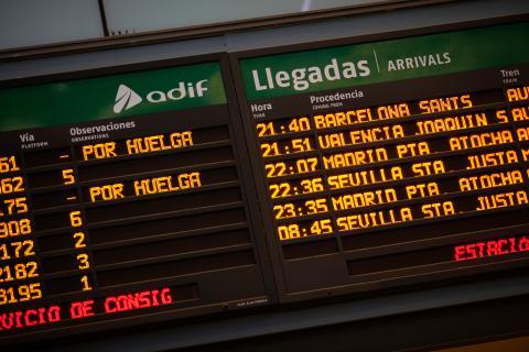 Anuncios de retrasos por huelga en los marcadores luminosos de una estación de Renfe