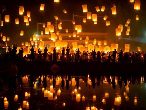 Linternas en el cielo en el festival Yee Peng en Chiang Mai, Tailandia.