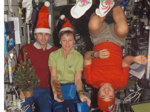 La Navidad en la Estación Espacial Internacional puede ser bastante alegre, especialmente en gravedad cero.