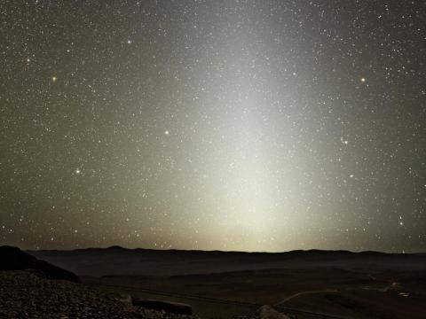 """En noches despejadas, se puede observar desde la Tierra el anillo de polvo que rodea al Sol y al que se le conoce como """"falso amanecer""""."""