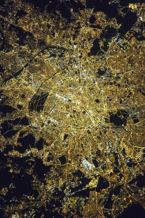Alrededor de la medianoche, hora local del 8 de abril de 2015, los astronautas a bordo de la Estación Espacial Internacional tomaron esta fotografía de París.
