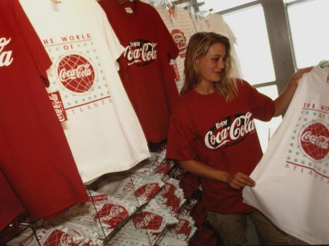 Una mujer compra ropa de Coca-Cola.