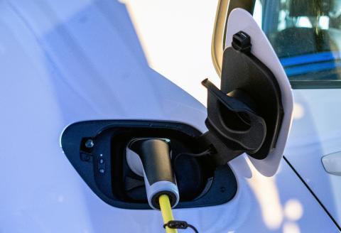 El coche eléctrico Volkswagen e-Golf cargándose.