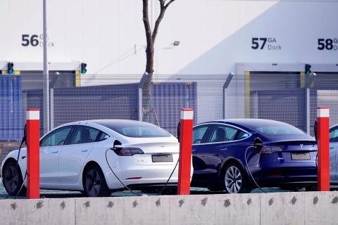 Coches eléctricos Tesla Model 3 cargándose en China.