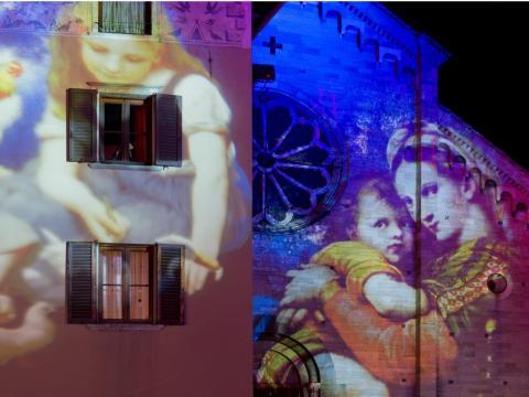 """Proyecciones de luz sobre un edificio y una iglesia durante el festival """"Città dei Balocchi"""" en Como."""