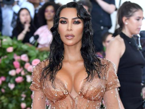 Kim Kardashian tiene una línea de fajas llamada SKIMS.
