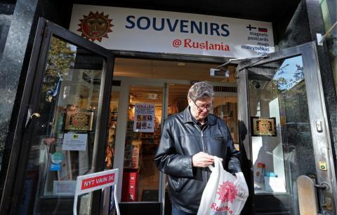 Un cliente saliendo de una tienda en Helsinki, Finlandia, en octubre de 2018.