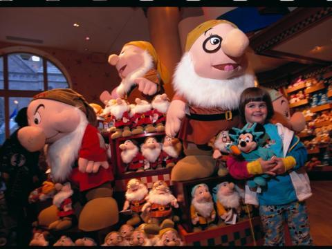 Juguetes dentro de la tienda de Disney.