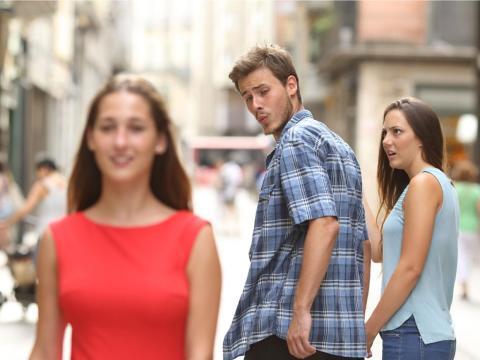 """La foto original del meme """"novio distraído""""."""