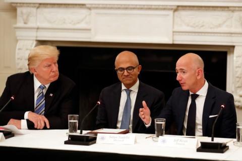 El presidente Donald Trump; el CEO de Microsoft, Satya Nadella; y el CEO de Amazon, Jeff Bezos.