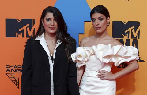 Dulceida y su pareja Alba Paul, dos de las influencers más famosas de España posando en la alfombra roja de los MTV Europe Music Awards 2019