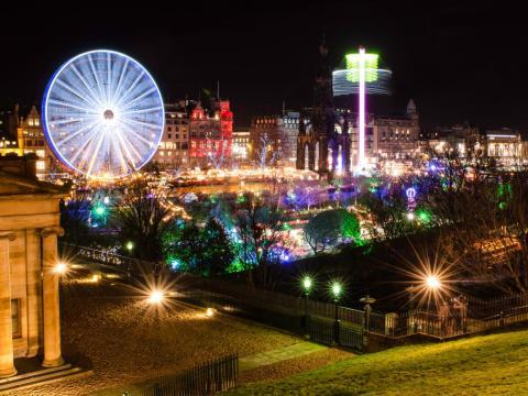 Un alto mirador sobre el mercado navideño de Edimburgo y las atracciones de Princes Street Gardens.