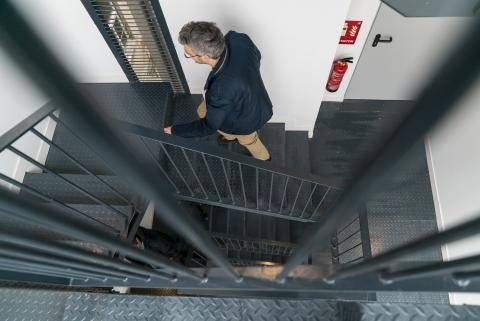 Escaleras del edificio de Alojamientos de Proximidad Provisionales (APROP).