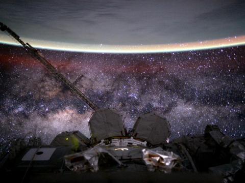 """El astronauta Scott Kelly publicó esta foto en Twitter con el título: """"Día 135. #ViaLactea. Eres vieja, polvorienta, gaseosa y deformada. Pero hermosa. ¡Buenas noches desde @space_station! #UnAñoEnElEspacio"""". 9 de agosto de 2015."""