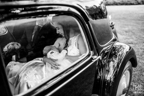 Los novios miran al bebé.
