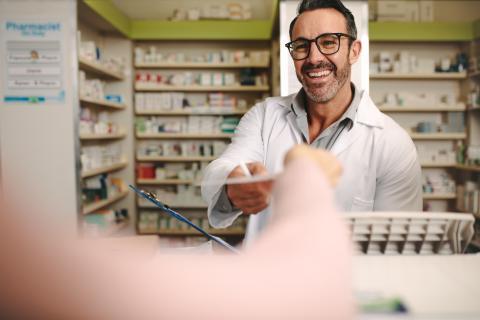 Farmacéutico en una farmacia