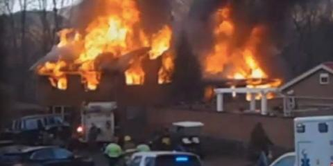 Una foto de la casa de Jack Whittaker en Virginia en llamas.
